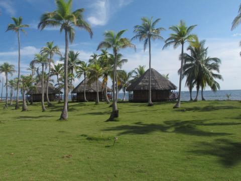 Mais cabanas na ilha Yandup, agora com o solzão e céu azul