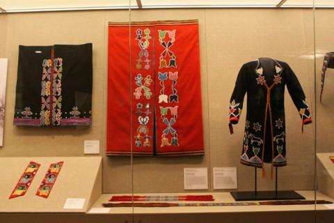 Cobertores de uma tribo em Nebraska e um casaco de uma tribo de Oklahoma