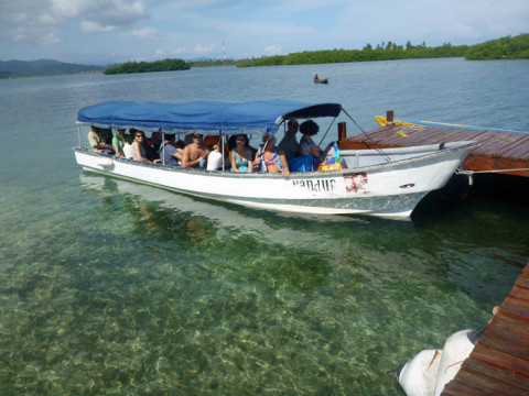 Barco pronto pra levar todo mundo pra ilha