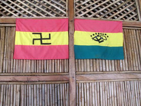As duas bandeiras Kuna, antiga e a nova (direita)