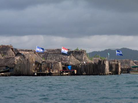 As casas típicas, e as bandeiras são de partidos políticos segundo me informou o nosso guia