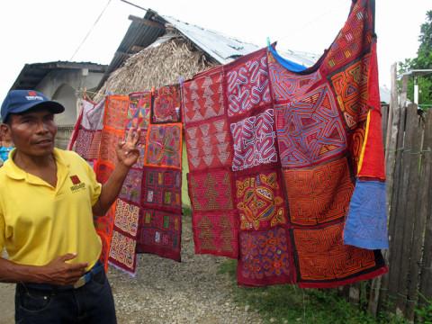 Nosso guia mostrando as molas, bordados Kuna tradicionais