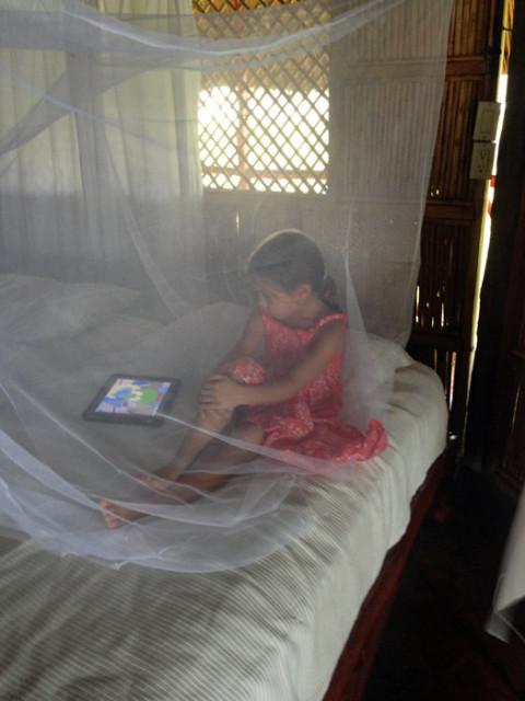 Julia assistindo desenhos no iPad