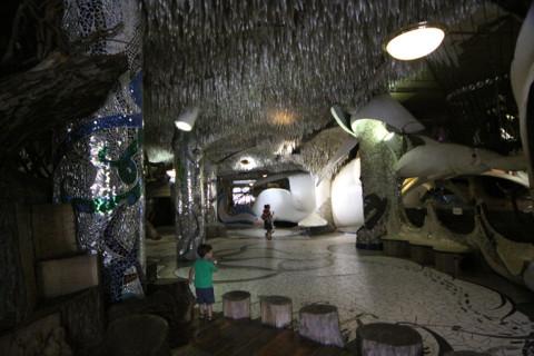 O primeiro andar do City Museum em St Louis coberto por mosaicos