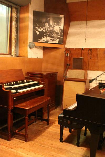 Cantinho do Studio A com o piano e órgão originais