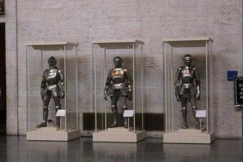 Algumas das armaduras que ficam no Hall de Entrada do DIA