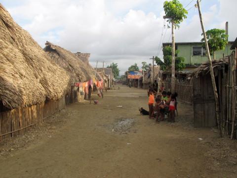 Uma das ruas da comunidade Kuna, nenhuma rua é pavimentada