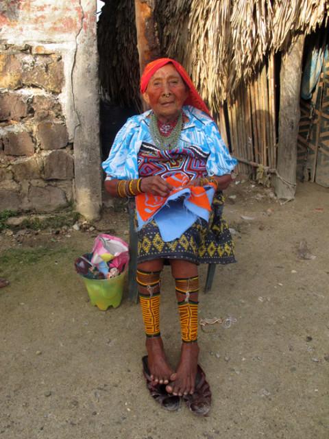 Essa senhora Kuna tem 80 anos e estava fazendo uma mola