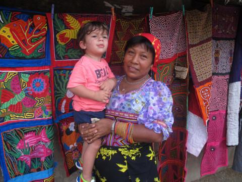 Essa senhora Kuna é esposa do nosso guia, e adorou o Eric :-)