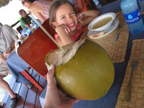 No almoço de hoje eu pedi água de côco, que eles subiram no coqueiro na hora pra tirar