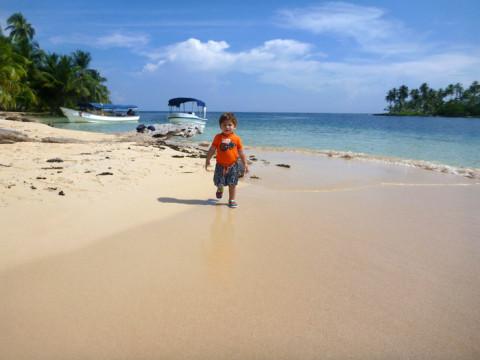Eric explorando a ilha Arridup em San Blás