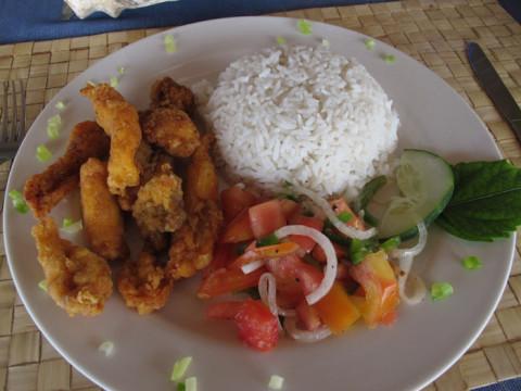 O almoço hoje foi frango pra todo mundo, com arroz de côco e saladiha