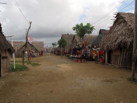 Uma das ruas e mulheres vendendo molas na comunidade Kuna