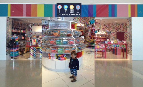 Eric pirando nos doces da Dylan's Candy Bar no aeroporto de Detroit