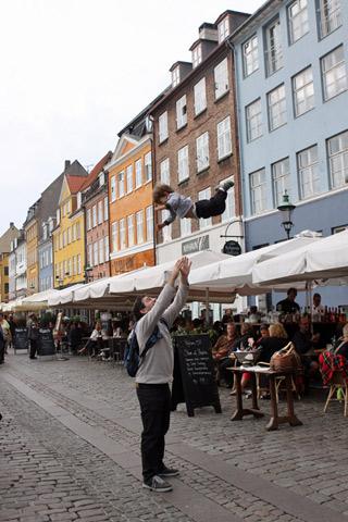 Eric voando no Nyhavn, Copenhague