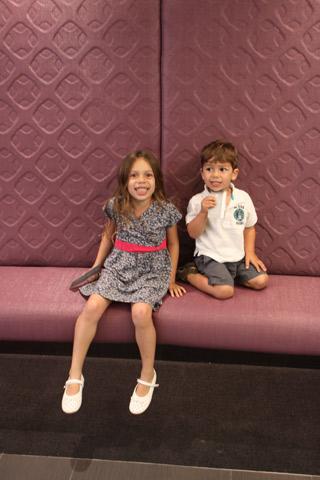 Julia e Eric posando em um dos sofás no caminho pro elevador