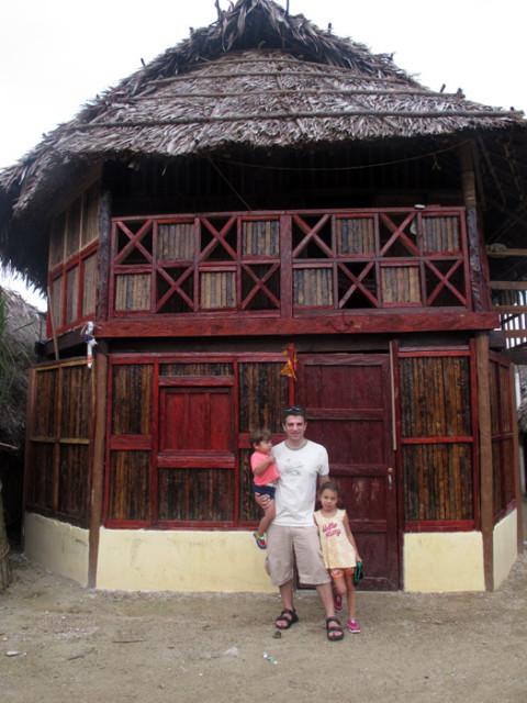 Essa casa mistura arquitetura tradicional Kuna e alvenaria