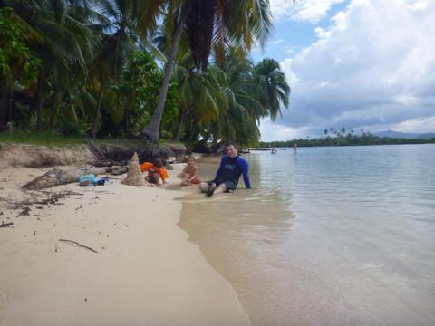 Gabe e as crianças fazendo um castelo de areia