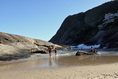 Prainha de Itacoatiara com a maré baixa