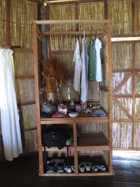 Um pequeno armário, com uma lagartixa residente