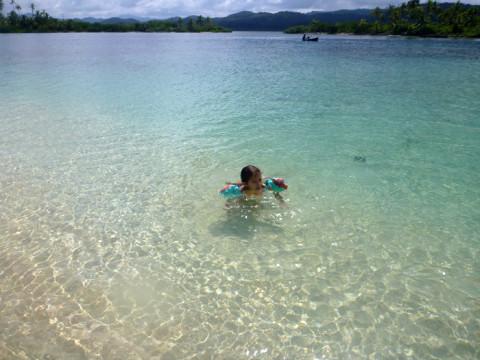 Julia curtindo a água até o último minuto na Ilha Arridup