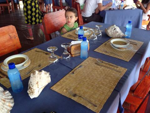 Prontos pra almoçar, as conchas na mesa seguravam o jogo americano pra não sair tudo voando