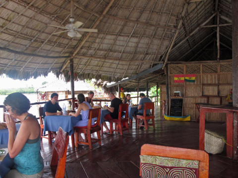 Parte do restaurante do Yandup Island Lodge