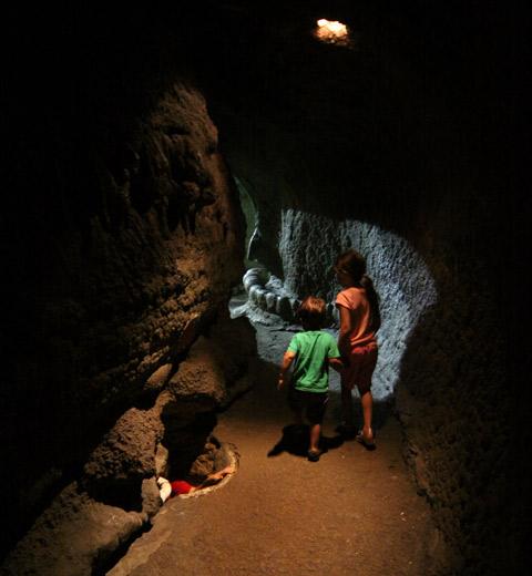 Nas cavernas, reparem o buraco no chão do lado esquerdo, tem uma pessoa lá dentro desse túnel