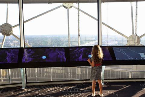 Várias telas touch screen mostram os pontos principais da cidade
