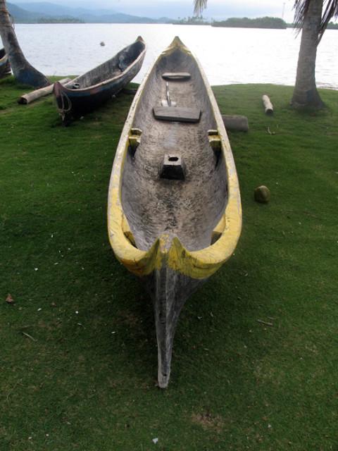 Uma canoa kuna, que é construída a partir de um único tronco