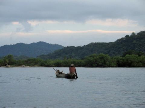 Cena comum de San Blás, um índio na sua canoa