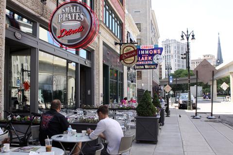 Os bares e restaurantes em frente a Ópera