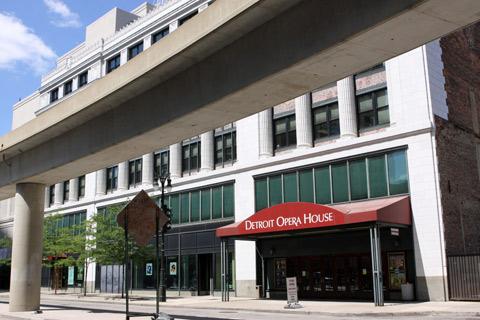 Uma pena que a fachada mais bonita do prédio da Ópera fica atrás do trilho do People Mover