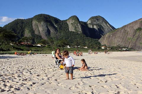 Eric, Julia e a minha mãe aproveitando o sol
