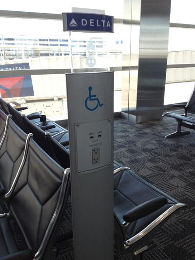 Pontos de tomadas como esse estão espalhados pelo  Terminal McNamara