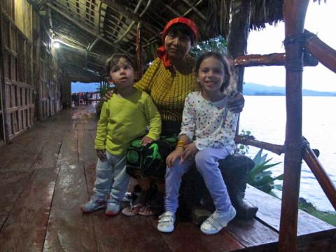 As crianças com a senhora Kuna (tenho que confirmar o nome dela, aguardando email do Yandup...tenho certeza que vou escrever errado)