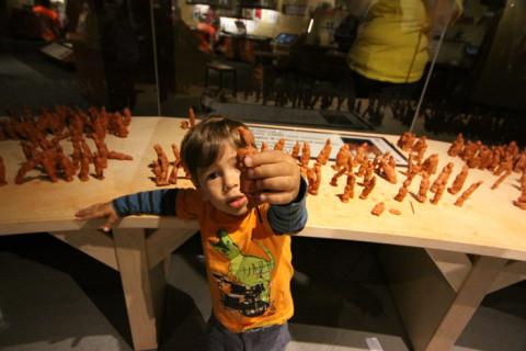 Eric e o seu guerreiro de terracota no Indianapolis Children's Museum