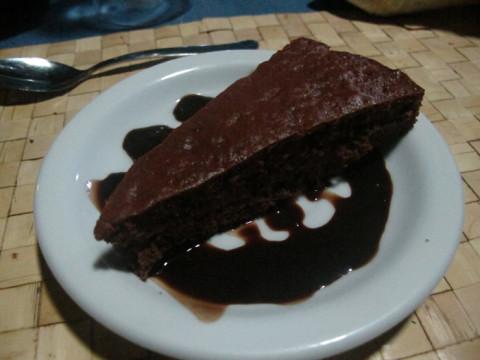 Hoje especialmente foi bolo de chocolate de sobremesa, estava bom, Julia amou