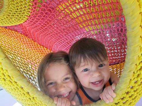 Eric e Julia no Woods of Net, uma instalação no Hakone Open Air Museum, no Japão