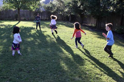 Criançada correndo pelo quintal