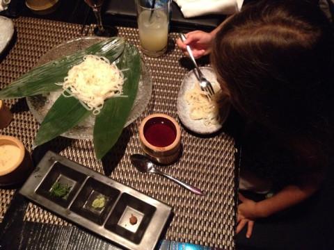 Julia comendo soba, no restaurante Ninja, em Tóquio