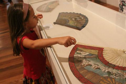 Julia adorou os desenhos nesses leques