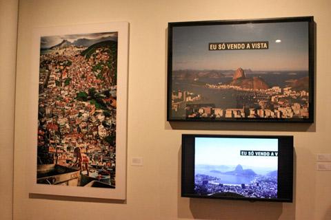 Fotos e vídeos recentes também fazem parte da exposição