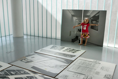 Julia na exposição Atlas
