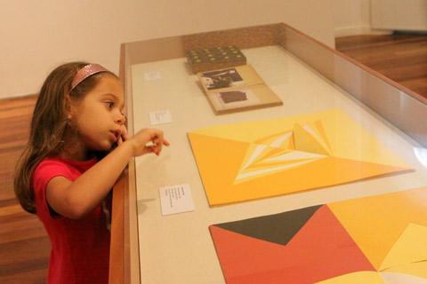 Julia escolhendo um dos seus quadros preferidos