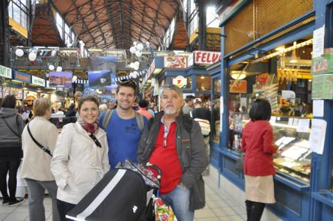 Família reunida no Mercado Central