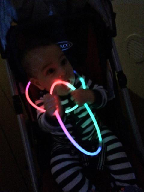 Nicholas curtiu os colares que brilham no escuro