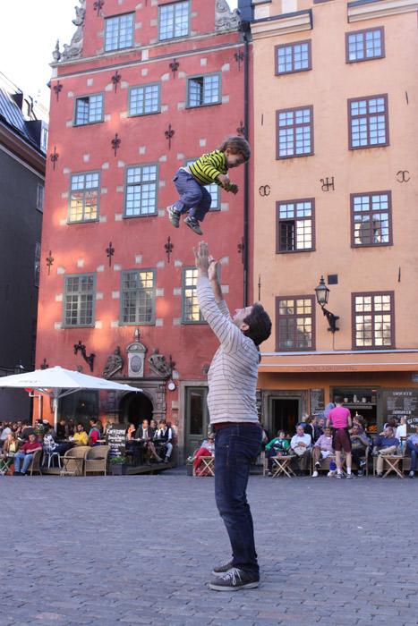 Eric voando em Gamla Stan, a parte mais antiga de Estocolmo, Suécia