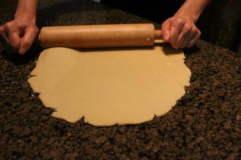 Hora de abrir a massa pra cortar os cookies com os cortadores (cookie cutters)