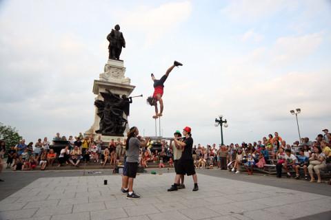Esse acrobata juntou uma verdadeira multidão na frente do Chatêau e as crianças quiseram assistir, claro
